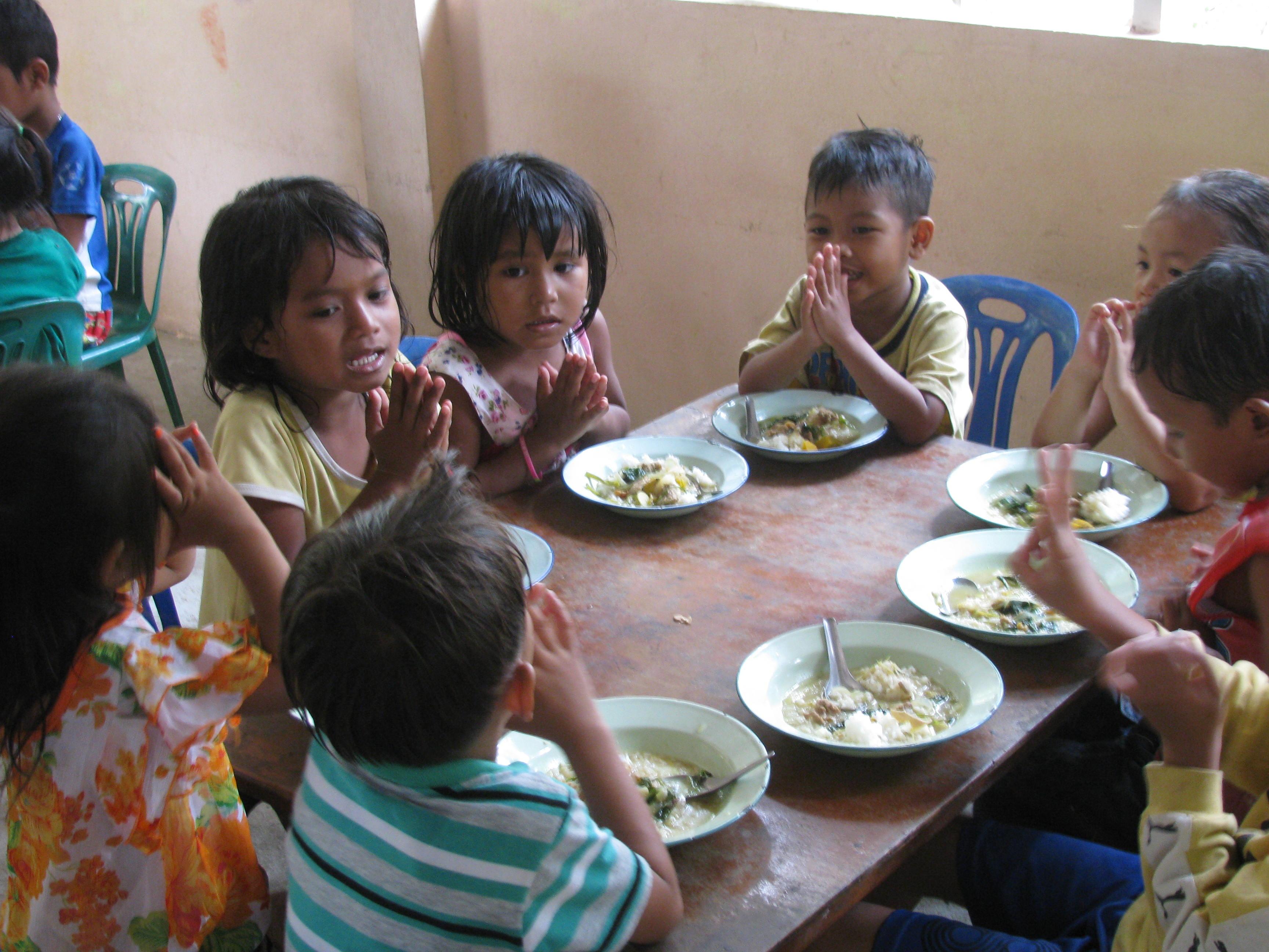 子供食事中