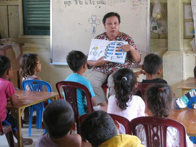 カンボジアでの絵本の読み聞かせの様子