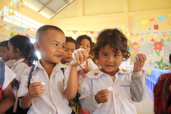 Tok children holding eggs IMG_9352.JPG