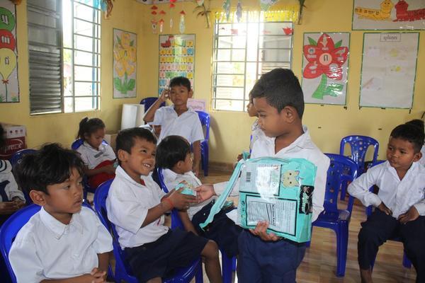 縮小 IMG_Boy helped teacher to deliver snack to classmate.jpg