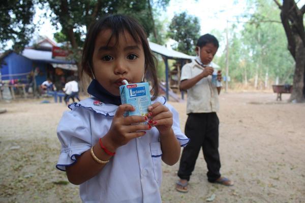 縮小 children drink soya milk during break time.jpg