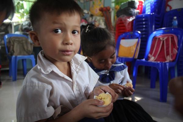 縮小 children eating boilled egg.jpg