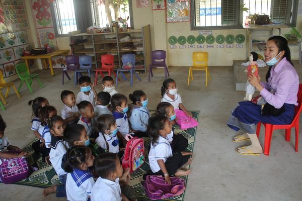 IMG_Teacher asked children to recognize boy and girl by using cloth doll.jpg