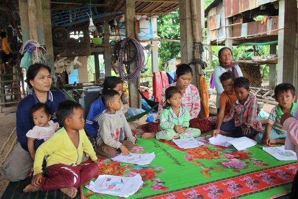 写真 ③KP-Mothers and sisters also attend the class with children.JPG